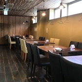 4人掛けのテーブルが6卓並んでおります。少人数から大人数の宴会にご対応させていただいております♪