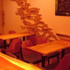 オシャレな空間で料理&お酒を楽しめます。