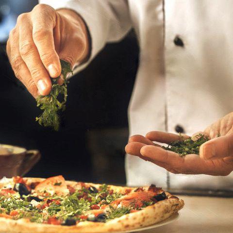 <日~木限定の特別企画1>なんと、当店自慢の焼き立てピッツァがワンコイン【500円】で食べ放題に!!大満足の全16種類♪とろ~りチーズに産直新鮮野菜をたっぷりちりばめたヘルシーピッツァが大人気☆お腹いっぱいお楽しみください♪※別途お1人様、お通し+1ドリンク+1フード制