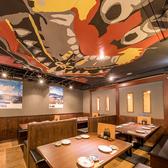 こちらは天井の五島列島民芸「ばらもん凧」がインパクト大なテーブル席!会社のお仲間や親しい友人と楽しむ、美味しい料理とお酒の場にちょっとしたアクセントを。お席は片側がベンチシートタイプですので、リラックスしてお寛ぎいただけるお席です。