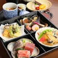 こだわりのお刺身やふっくらおひつご飯、日本酒をはじめとした豊富なドリンクを一度に堪能できる飲み放題付き宴会コースは3500円から。お一人一皿の「銘々盛り」で贅沢な気分でお召し上がりください。