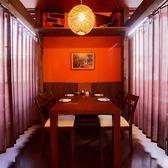 テーブル席は半個室感が出るよう、カーテンで区切られています。