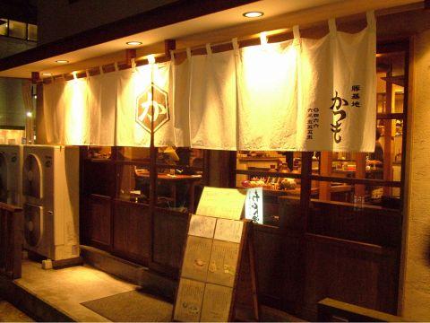 街の喧騒を抜けると…、昭和レトロを感じる、大人の隠れ家が!!