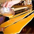 【鉄板で巻くだし巻き卵】たっぷりのお出汁を濃厚な卵に合わせて鉄板へ