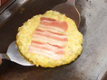 【どんどん亭流・美味しいお好み焼の焼き方4】お好み焼のまわりが2~3mm焼けてきたら180度回転させましょう。焼きムラをなくすためのコツです。