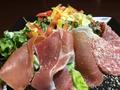 料理メニュー写真生ハムとサラミのシーザーサラダ