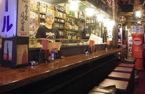会話が弾み、お酒も進む…そんな楽しいお店はここ!レトロなグッズが並ぶ居酒屋。