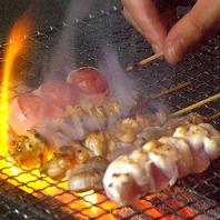 備長炭で焼き上げる絶品の串焼きに舌鼓を打つ。