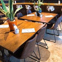 テーブルの組みあわせができるので大人数にも対応可能!皮のイスがオシャレ♪お買い物で疲れた腰も休まる!