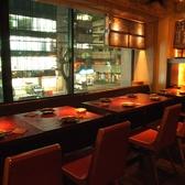 【2階テーブル席:~12名様】4名様×3卓のテーブル席をご用意しました。大きな窓があるので、店内は明るく開放的です。友人・知人との飲み会やご家族でのご利用にオススメです。