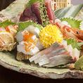 市場直送の新鮮なお魚をふんだんに盛り込んだ「鮮魚盛り合わせ」はテーブルを華やかに彩ります!二名様盛りで1380円~。人数に合わせてご用意いたします。接待などにもおすすめです。