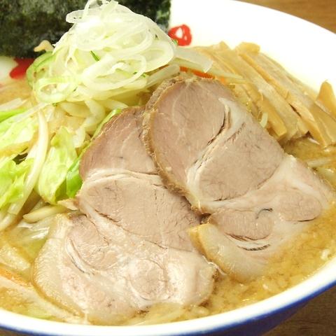 女性に人気の野菜たっぷりラーメン。昭和63年より伝承の、野菜しょうゆとんこつです。