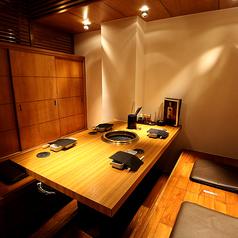 【少人数のお食事会に】「4名様~5名様」でご利用いただける、半個室のテーブル席。
