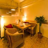 【4名様】居心地の良さにこだわった少人数向けの個室席はやさしい照明で落ち着けるお席となっております。快適空間で上質なひとときをお過ごしください。接待やデートなど多様なシーンにご利用頂けます。