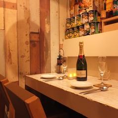 カップルのお客様に人気のカウンター席!日本にいながら、本場のタイ料理を味わえるレストランなので、デートにもおすすめ★タイ政府お墨付きの味を、恵比寿ガパオ食堂にて、どうぞお楽しみください♪