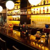 目の前には色とりどりのお洒落なボトルがずらり。大人の雰囲気が漂うカウンター席は、デートや一お人様にもおすすめ。お酒の注文に迷いましたらスタッフまでお声がけください。