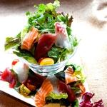 地元藤沢野菜と店主が選ぶ鮮魚たちをまるで江ノ島の灯台みたいに盛りつけた贅沢サラダです♪