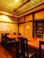 天井から優しい光がこぼれるテーブル席。10名様迄可能な個室です。個室貸切はご相談下さい。