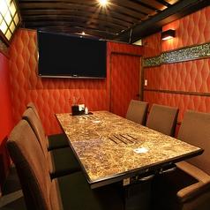 モニター付きの完全個室は最大7名様。VIPルームとしてご利用頂けます。接待利用やお忍びデートにも◎