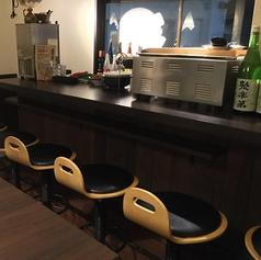 キッチンに面したカウンター席6席ございます。