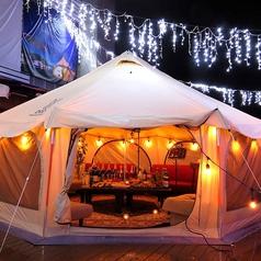 テントの中にはゆったり座れるソファーがございます。 おうち感覚でお料理・お酒をお楽しみいただけます♪