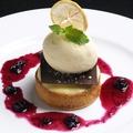 料理メニュー写真ベイクドチーズケーキ木苺のコンフィチュールとジェラート添え