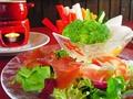 料理メニュー写真バーニャカウダと生ハムサラダの盛り合わせ