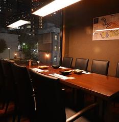ゆったり寛げるテーブルは外の夜景を眺めながらお食事ができるので、宴会からデートまで多様なシーンに対応できます♪