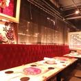 赤のソファーが特徴的♪ご予約人数に合わせてテーブル設定を行いますので、お気軽にお問い合わせください。