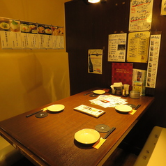 【テーブル席】落ち着いた雰囲気でお料理を楽しみたいお客様に最適です☆2名様~少人数様向けに向いており、女子会や合コンに最適です☆お客様の人数やご要望に合わせたお席へとご案内致しますよ♪