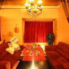 1階ソファー席はオススメの空間です!普段は温かみのあるお洒落な北欧の雰囲気をお楽しみ頂けます。落ち着く開放感がありますが、カーテンをおろし個室にもなります☆