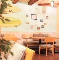 《ハワイにいるような雰囲気》店内はテーブル席メイン★