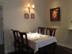 【グルメ女子会やご家族でのお食事に…】4名テーブル席。寛げる大人の空間でサプライズも♪記念日向けコースとサプライズ特典もご用意!!