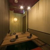プライベートな飲み会にもぴったりな掘りごたつのお席。隣のお席との間にはブラインドがあり、開放的な雰囲気と適度なおこもり感で居心地の良い空間となっています。