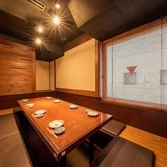 こちらのお席は2~6名様用の個室です。和の雰囲気が落ち着く居心地の良い個室で思う存分、食事や会話をお楽しみいただけます!まったりとご友人どうしでお過ごしいただくのにピッタリ!人気のお席ですのでお早目のご予約をおすすめします!