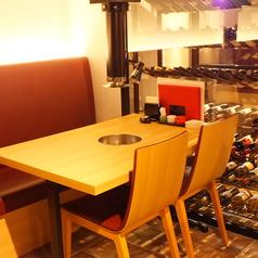 4名掛けのテーブル席。全テーブルに排気ダクト完備!