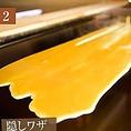 熱さの異なる鉄板上でベストな温度位置を見極めて卵を流します