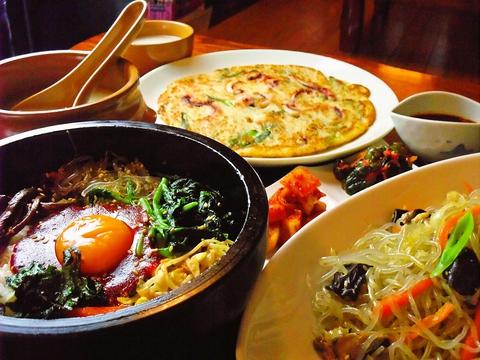 仕事帰りに、家族連れも、サク飲み、サク食べ、サク歌い。気軽に入れる韓国料理店。