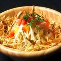 料理メニュー写真ゴボウのサラダ、ゴボウチップスのせ