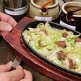 ≪名物からし味噌の食べ方2≫じゅうじゅう棒を木枠の片側に敷き、鉄板を斜めにします!