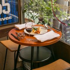 店内窓際には2名様でご利用可能な丸テーブルが1卓ございます!※広くはないテーブルですので、ご利用希望の際は予めご了承ください。