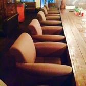 カウンター席。大きなフカフカソファー。広いカウンターに6席しかないのでかなりの贅沢!