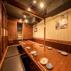 こちらは12名様までご利用いただける個室です。お仕事帰りの疲れた脚にも、靴を脱いでゆっくりお過ごしいただける掘りごたつ式の個室です。温かみのある和みの空間で、空輸直送の海鮮や肉料理、各地の地酒や焼酎をお楽しみください!
