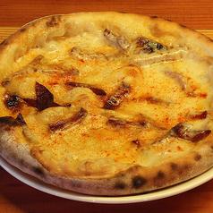 料理メニュー写真燻製スカモルツァチーズとイベリコチョリソのピッツァ