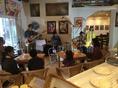 こちらは室内ライブ。生演奏をBGMにカフェを楽しめる贅沢な空間。