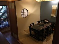 2部屋あるうちの1部屋。完全個室のテーブル席。座敷にもできます。箱庭近くの席で京町家の雰囲気も感じられます。