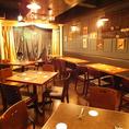 【ショースペース&テーブル席】マジックステージのあるPARTYスペースはテーブル&ソファ席。こちらは40名様までのパーティでの貸切利用もOKです。迫力ある生のマジックで、興奮冷めやらぬパーティーに。パーティー用コースはクイーンプラン4000円やキングプラン5000円(どちらも飲放込)がおすすめ。