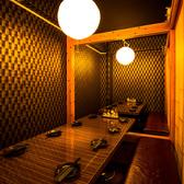 扉で仕切られた中規模達成会や歓迎会用の個室になります。歓迎会の幹事が見渡すことができるような席配置となっておりますので、ご安心いただきながら楽しめます。楽しい宴会に飲み放題付プランは欠かせませんので、お好きなものをお選び下さい。