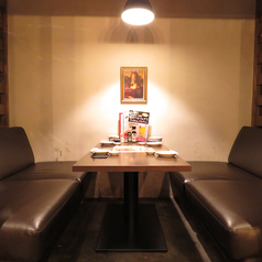 【ソファー席:2名様~6名様まで】大人気のソファー個室です!2名様~6名様までご利用いただけますのでちょっとした飲み会に!ソファーでゆったりお寛ぎながらのお食事、お酒をお愉しみ下さい。人気のお席ですのでご予約はお早めにお願い致します!ご一緒にコースのご予約も承っております♪駅チカで絶品の馬肉料理を堪能♪