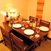 4名のテーブル席はゆったり座れるようまわりのお席との間隔を広めに調整しております。本場タイさながらのオシャレな内装の中で本格タイ料理をお楽しみください◎